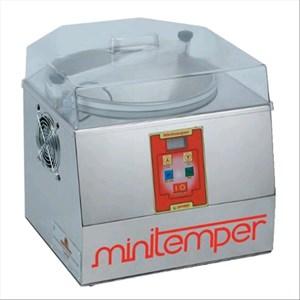 TEMPERIERMASCHINE FÜR SCHOKOLADE - Mod MINITEMPER - Kaltluftkühlung - Behälterkapazität: 5 l /3 kg - Leistung: 300 W - Produktmaße in cm (BxTxH): 40 X 42 X 40 - CE-Kennzeichnung