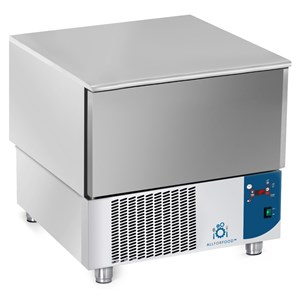 SCHOCKFROSTER - MOD.AB03 - Luftkühlung - Kapazität Backbleche: 3 x GN 1/1 (cm 53x32,5) oder 3 x 60x40 cm - Schnellkühlleistung: +70° +3° (15 Kg) - Schnellfrostleistung: +70° -18° (9 Kg ) - Außenmaße in cm (B x T x H): 75 x 74 x 75/78 - CE-Kennzeichnung